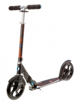 MICRO BLACK - Desarrollado especialmente para las necesidades de los adultos, este scooter es el más adecuado por sus ruedas extra grandes. Su estructura garantiza una postura ergonómica y agradable en cualquier trayecto por diferentes terrenos. Color Negro.