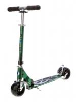 MICRO ROCKET VERDE - Excelente Patinete de ruedas extra anchas y diseño agresivo y juvenil, de color Verde Racing. Incorpora pata de cabra para mayor comodidad. Seras el rey y la envidia de tus amigos a bordo de este fantastico patinete.