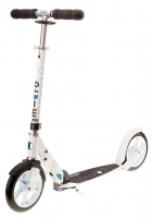 MICRO WHITE - Desarrollado especialmente para las necesidades de los adultos, este scooter es el más adecuado por sus ruedas extra grandes. Su estructura garantiza una postura ergonómica y agradable en cualquier trayecto por diferentes terrenos. Color Blanco.
