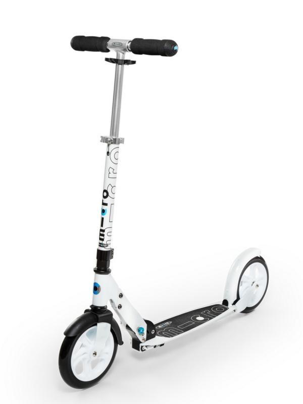MICRO WHITE - Su estructura garantiza una postura ergonómica y agradable en cualquier trayecto.