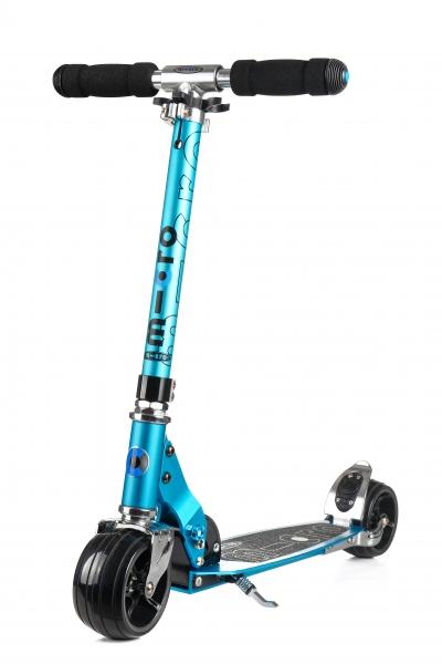 MICRO ROCKET AZUL - Excelente Patinete de ruedas extra anchas y diseño agresivo y juvenil, de color Verde Racing. Incorpora pata de cabra para mayor comodidad. Seras el rey y la envidia de tus amigos a bordo de este fantastico patinete.
